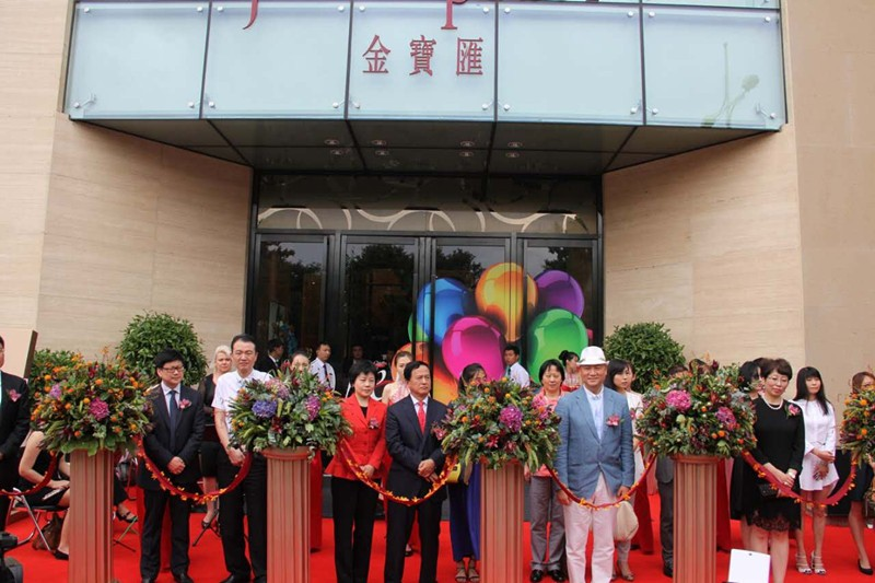 On the morning of Jun 19th, The Celebration Ceremony of Jinbao Place Phase II and the Six Anniversary of Jinbao Palace is held in Beijing. Chiu Yung, a member of Beijing Municipal Committee of the CPPCC and CEO of Hong Kong Fuwah International Group, Chi Chungsui, a famous Chinese performance artist and Director of Beijing Red Sandalwood Culture Foundation, Chiu Li, a member of Hong Kong Fuwah International Group, Chiu Man, a member of Hong Kong Fuwah International Group, cut the ribbon for the opening ceremony.